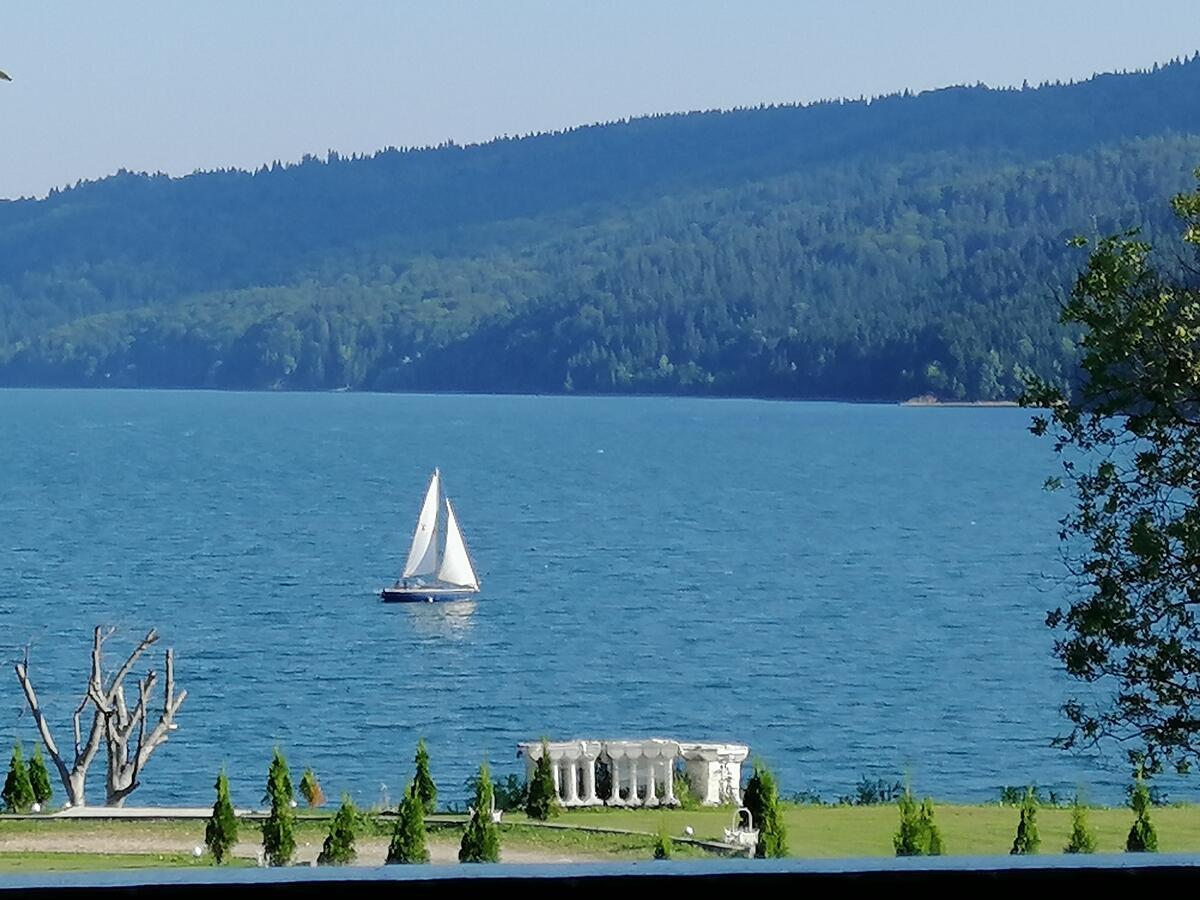 cazare-pe-malul-lacului-neamt-gradinile-romane-1